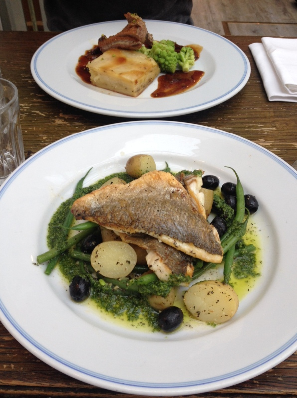 Sea bream with new potatoes, black olives and green beans